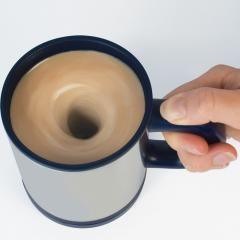 Selbst umrührende Tasse